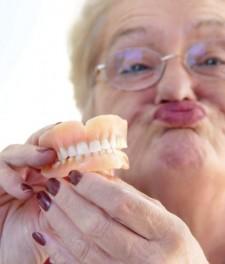 Бабушка с зубными протезами