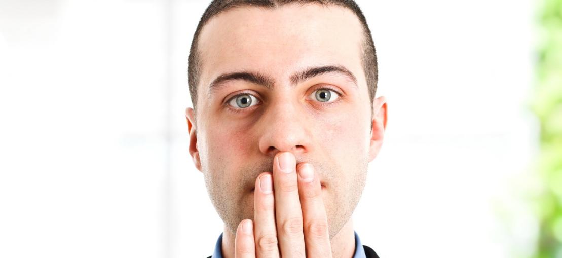 почему плохой запах изо рта утрам