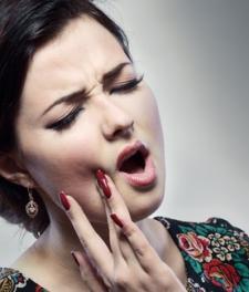 После удаления зуба болит десна и неприятный запах изо рта