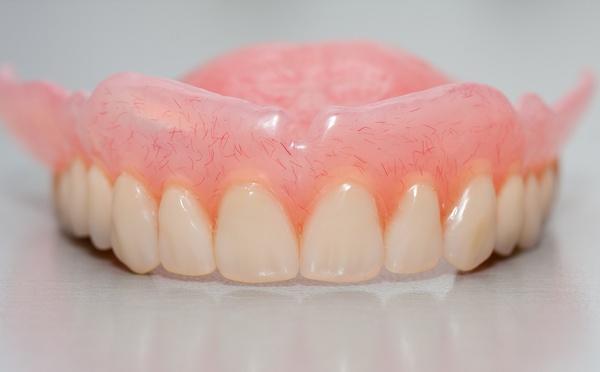 Как выглядят силиконовые зубные протезы?