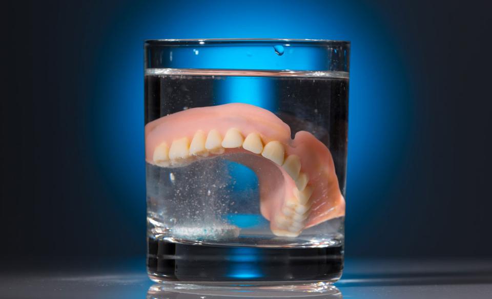 Как хранить зубные протезы ночью?
