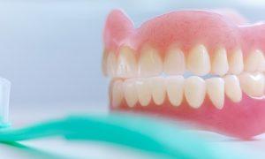 Чем чистить зубные протезы в домашних условиях?