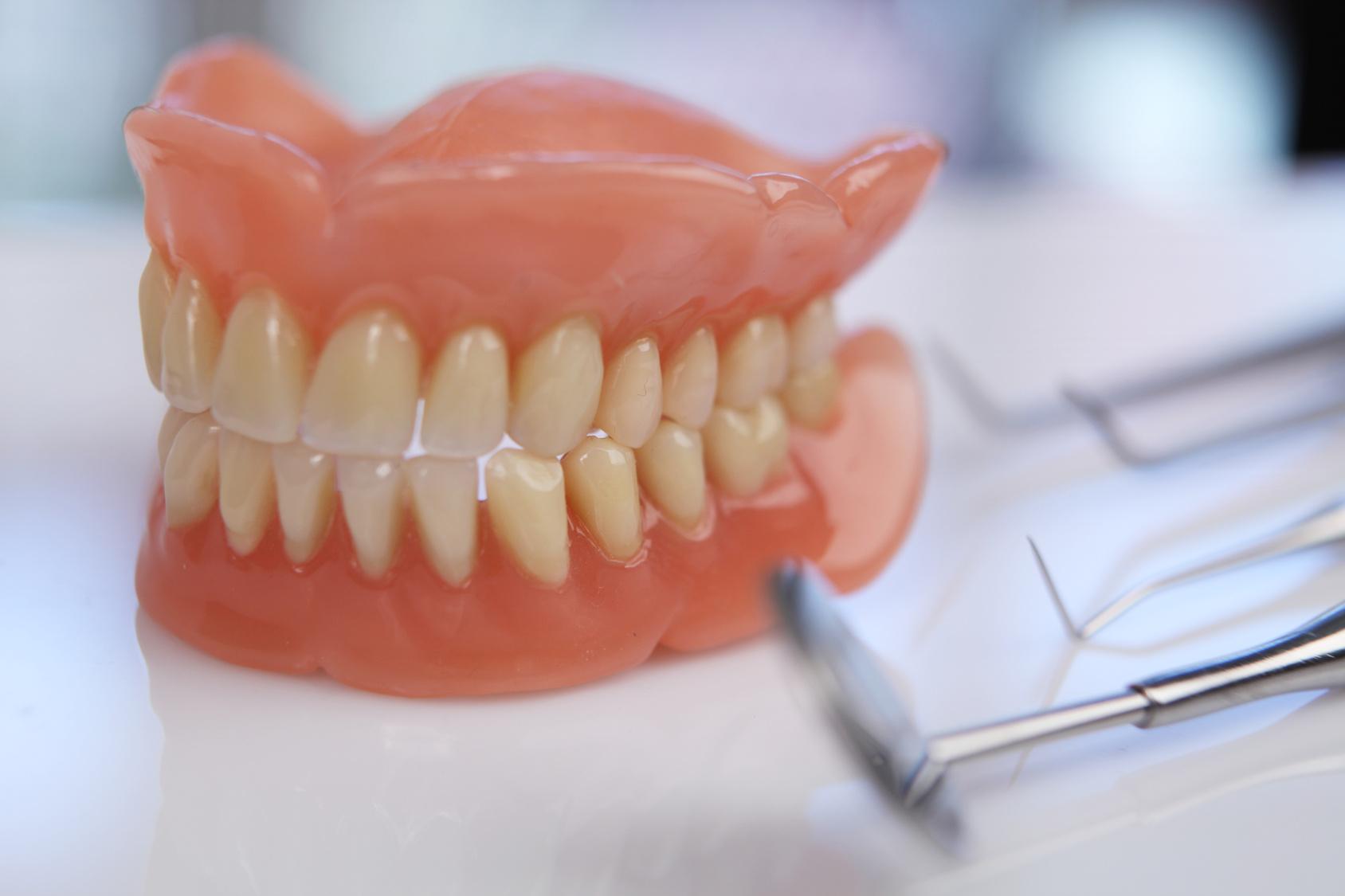 Как выглядят зубные протезы из акрила?