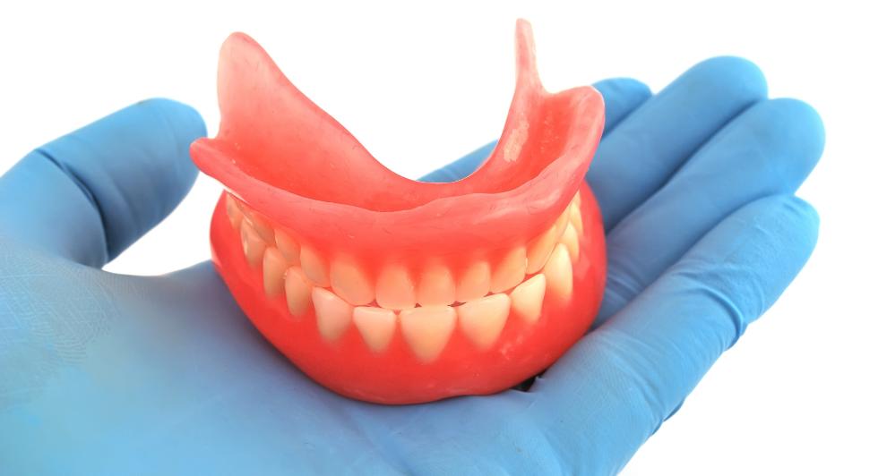 Зубной протез натирает десну: что делать?