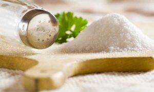 Как чистить и полоскать зубы солью?