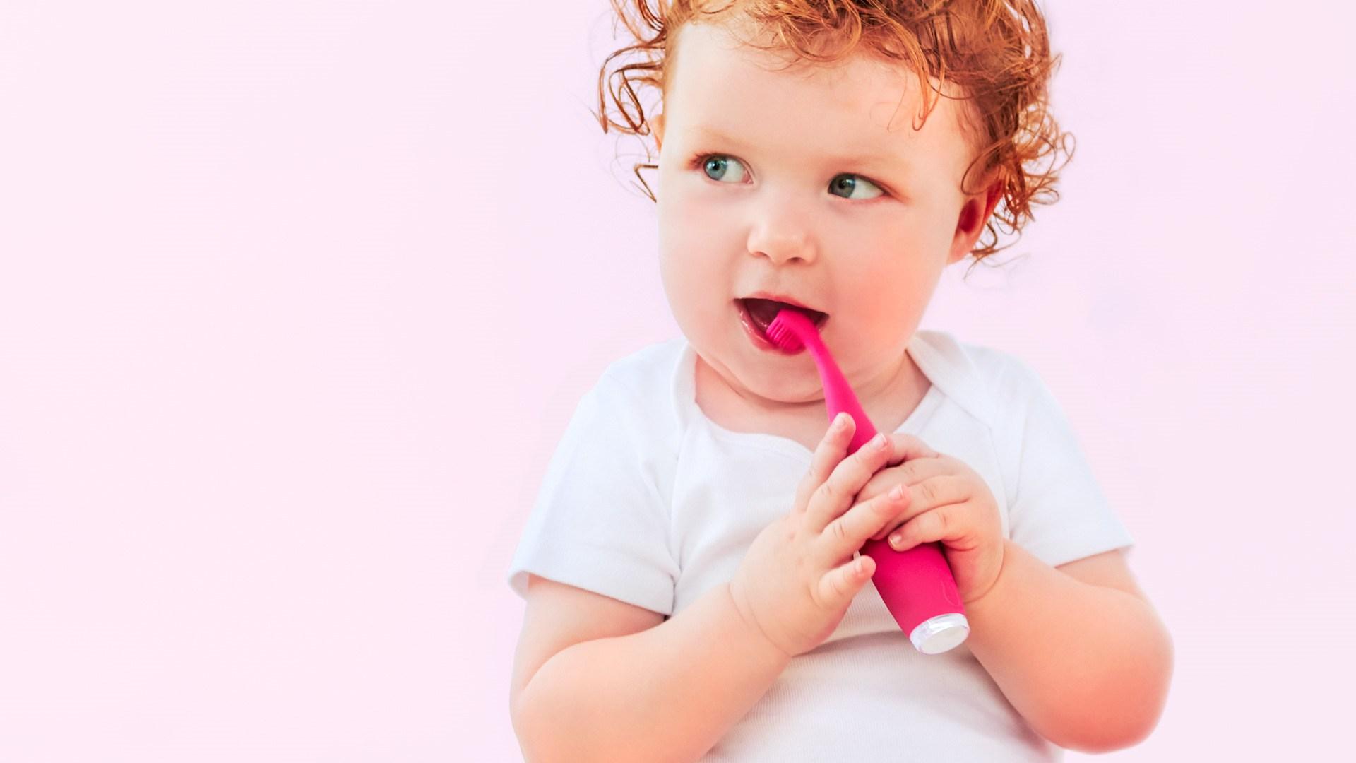 Ребенок со щеткой